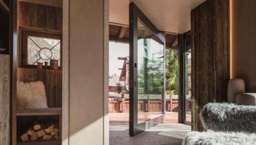 Входные двери Oikos в изысканном шале в Доломитовых Альпах