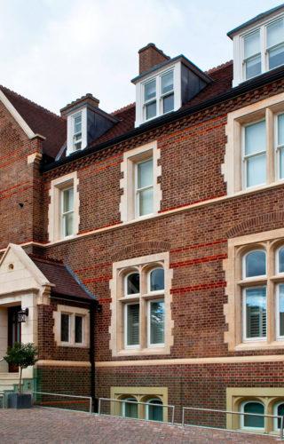 Входные двери Oikos при реконструкции здания в элитном районе Лондона